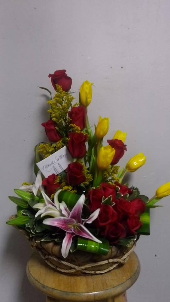 070 Elgante Arreglo Floral En Rosas Y Tulipanes
